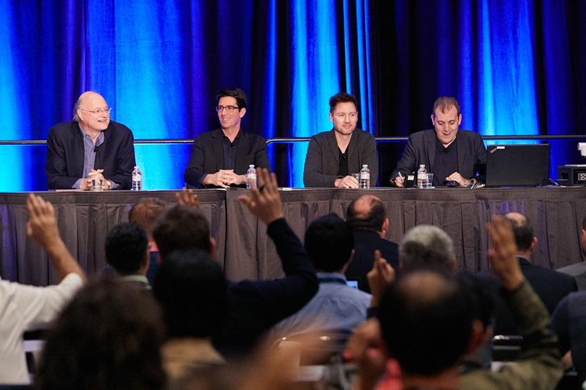 IoT, 인공지능, AR과 VR 등 다양한 분야에 걸쳐 전문가 패널들이 토론하는 모습