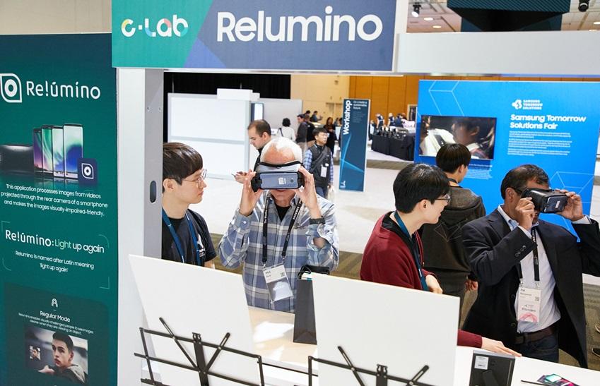 이노베이터(Innovator) 부스에 참여하고 있는 사람들. C-LAB Relumino,