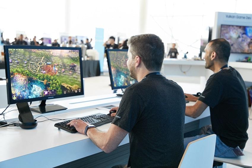 삼성 덱스(DeX)를 이용해 게임을 할 수 있는 공간과 기어 VR로 즐기는 4D 기구 체험존