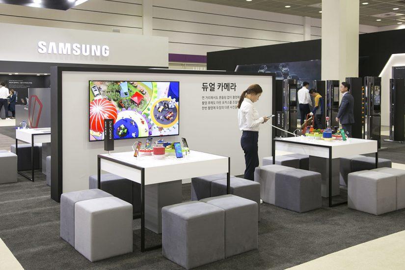 갤럭시 노트8 스튜디오의 모습. 관람객들은 노트8의 듀얼 카메라 기능을 체험해볼 수 있을 뿐 아니라 S펜을 통해 다양한 글귀와 그림을 그려볼 수 있다