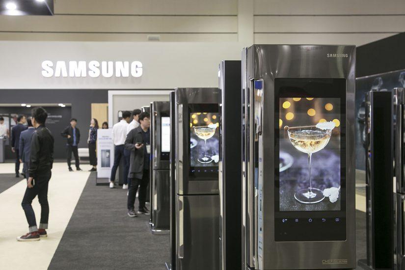 냉장고의 온라인 배송 기능을 체험해 볼 수 있는 패밀리허브 체험존