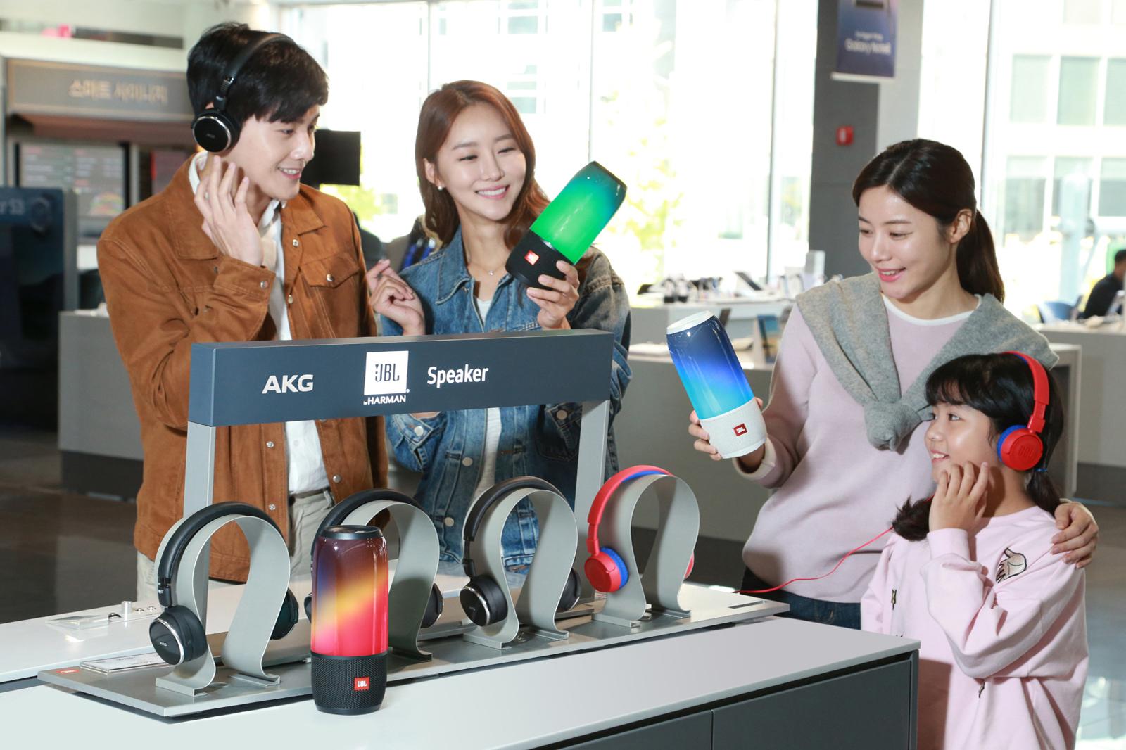 삼성전자 모델들이 서울 강남대로에 위치한 삼성디지털프라자 강남본점에서 JBL과 AKG의 음향기기 신제품을 체험하고 있다. 신제품은 JBL의 휴대용 블루투스 스피커 '펄스3 (PULSE3)'와 어린이 전용 헤드폰 'JR300', AKG의 노이즈 캔슬링 (Noise Canceling) 헤드폰'N60NC wireless' 3개 제품이다. 가격은 JBL'펄스3' 29만 9천원, JBL'JR300'4만 9천원, AKG'N60NC wireless' 39만 9천원이며, 전국 삼성 디지털프라자 매장과 하이마트, 일렉트로마트 등 국내 전자 제품 대표 매장에서 구매할 수 있다.
