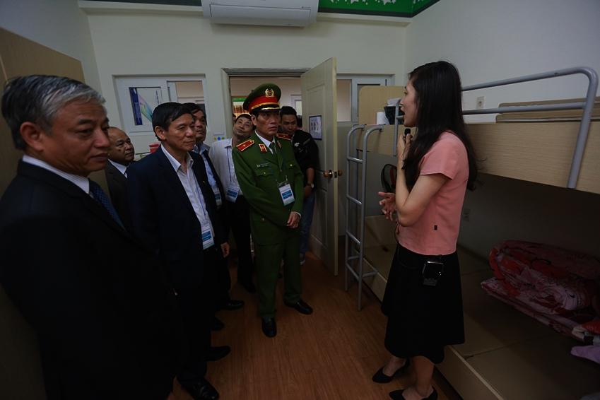베트남 정부 관계자들 사업장 시찰 중