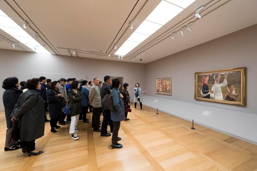 미술관 1층은 '근대인의 삶과 꿈'을 주제로 한 전시가 진행 중