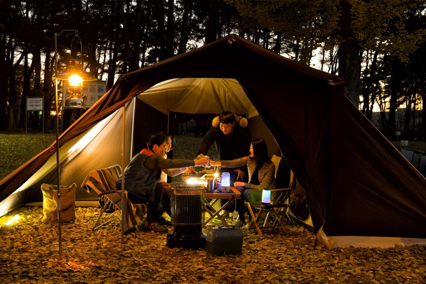 JBL의 블루투스 스피커는 방수가 됨은 물론 LED 조명 역할까지 해, 인기가 높다. 지난 11일, JBL 신제품 '펄스3(PULSE3)'와 함께 충북 영동군의 캠핑장으로 가을 캠핑을 떠나는 이들을 대학생기자단이 동행했다.