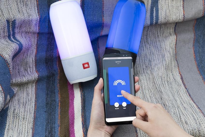 ▲ 커넥트 앱을 활용해 사용자가 원하는 색상, 조명을 선택할 수 있고 소리의 크기에 따라 LED 빛이 변해 볼륨을 조절 시, 시각적인 즐거움을 준다