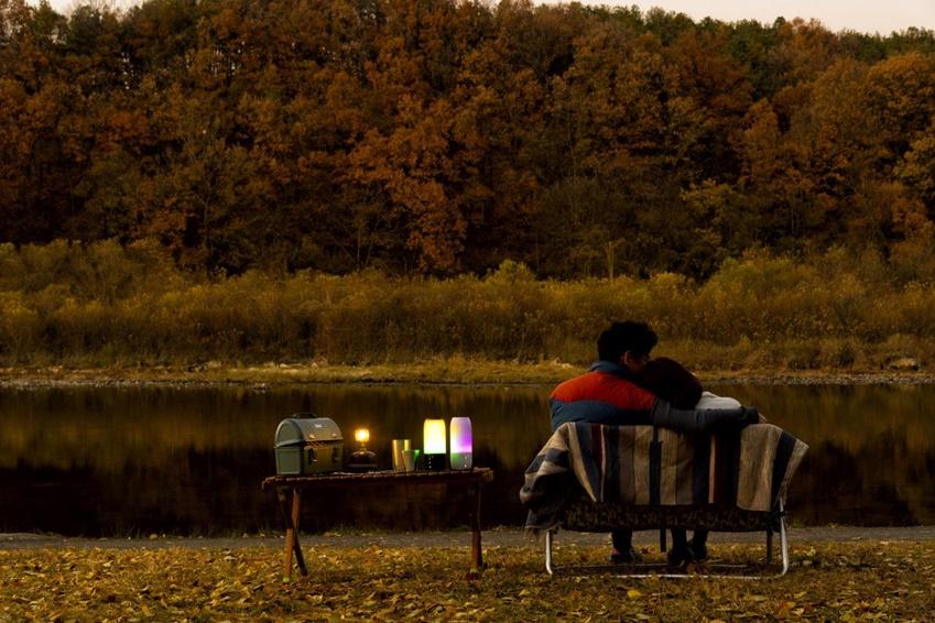 ▲ 해질 무렵 이형준씨와 안미진씨 커플이 캠핑장 앞 강가에서 한적하게 '펄스3'와 함께 여유를 즐기고 있다