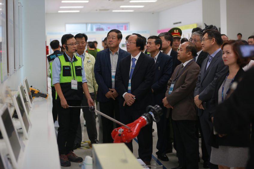 베트남 정부 관계자들이 사업 현황을 보고받고 있다