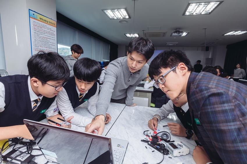 ▲ 학생들에게 프로그래밍을 가르쳐주고 있는 류동근 님(삼성전자 볼런테인먼트 재능 봉사팀)
