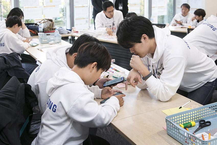 각 팀에 배정된 엔젤 선생님들은 아이들의 과제를 함께 풀어나가며 해답을 제시했다