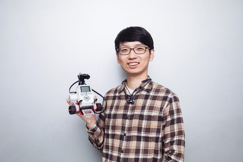 ▲ 박종호 님(삼성전자 볼런테인먼트 재능 봉사팀, 로봇 꿈나무 교실)