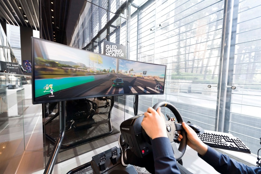 ▲수퍼 울트라 와이드 스크린(32:9 비율)의 게이밍 모니터 'CHG90'. 커브드 패널과QLED HDR 디스플레이, 144Hz의 주사율로 훨씬 집중해서 게임을 즐길 수 있다