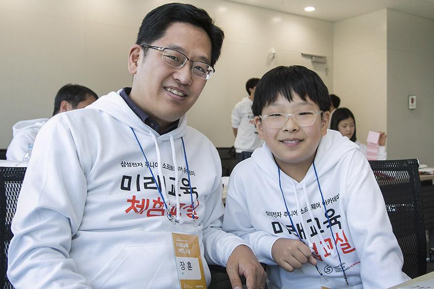▲ 장훈 씨(왼쪽)의 아들 장재혁 군(오른쪽)은 로봇공학자가 꿈이다