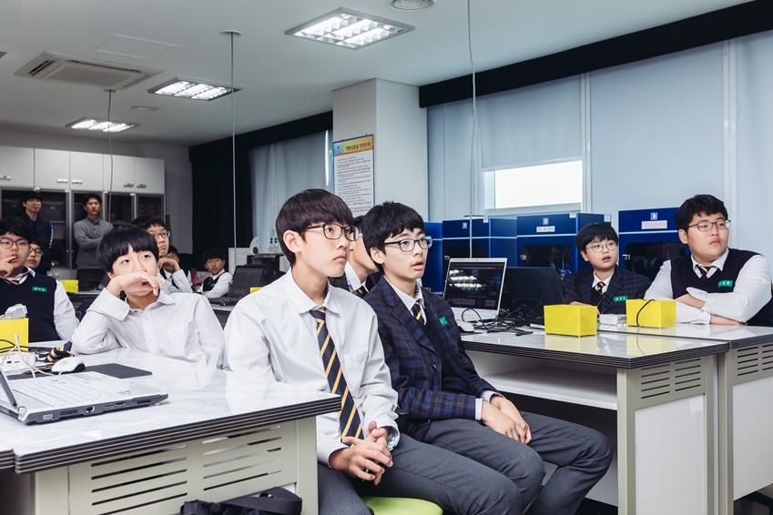 로봇 꿈나무 교실의 수업을 듣고 있는 아이들