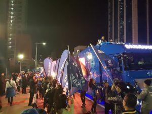 김마그너스 선수의 성화봉송을 응원하는 카라반 차량 행렬