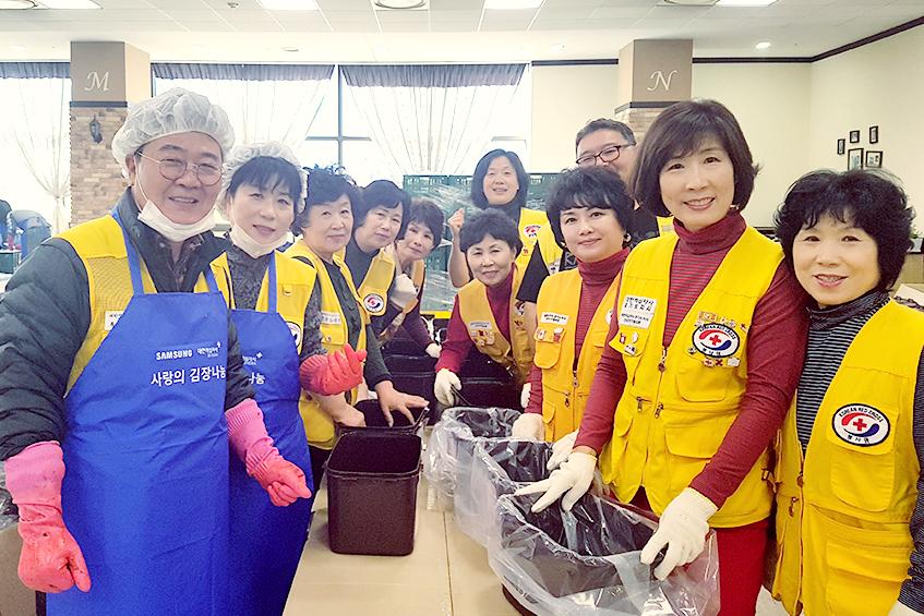 ▲ 다양한 단계로 나뉜 김장 나눔 봉사팀 중 '준비 작업조'의 모습