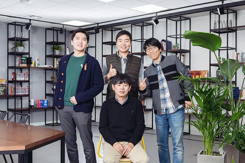 ▲ '소프트런치'의 하태웅 이사, 이현우 이사, 전상우 이사(윗줄 왼쪽부터)와 배진흥 대표(아랫줄)