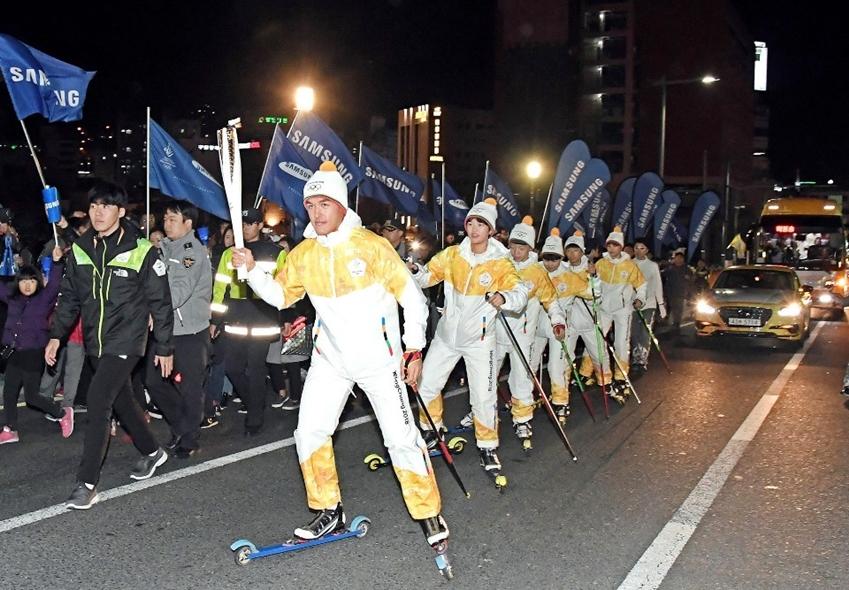김마그너스선수와 후배 스키 꿈나무들의 성화봉송 현장