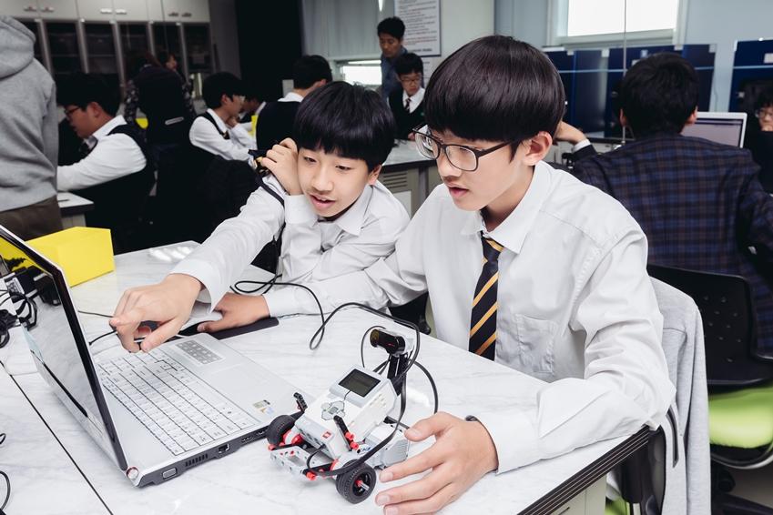 수업은 교육용 레고인 Mindstorm EV3 로봇 키트를 통한 체험학습에 열중인 아이들