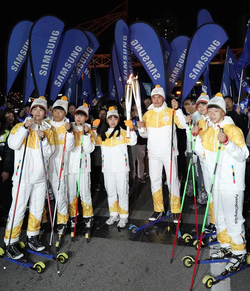 김마그너스선수와 스키 꿈나무들의 단체 사진