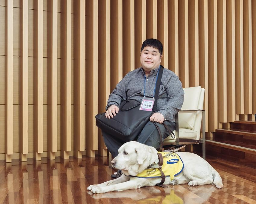 ▲접근성 설명회에 함께한 김형섭 씨와 그의 안내견 루루