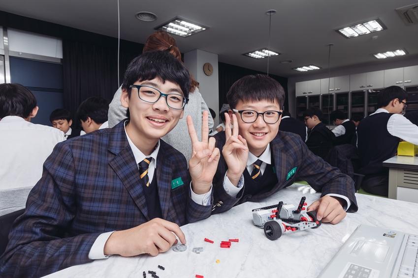 ▲ (왼쪽부터) 로봇 꿈나무 교실에 참여한 수일중학교의 진영 학생과 박가람 학생