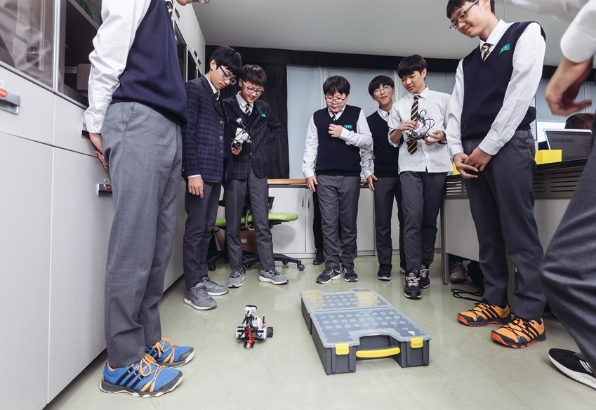▲ 수업용 로봇 키트를 이용해 미션 수행중인 학생들