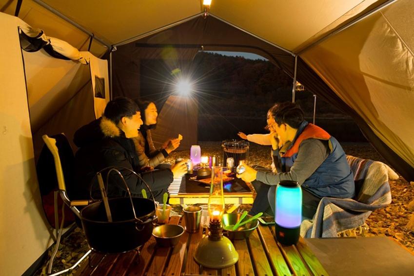 연한 가을로 접어든 11월, 사랑하는 가족, 친구, 연인과 함께 맑은 가을 하늘과 신선한 공기를 만끽할 수 있는 캠핑을 떠나보자