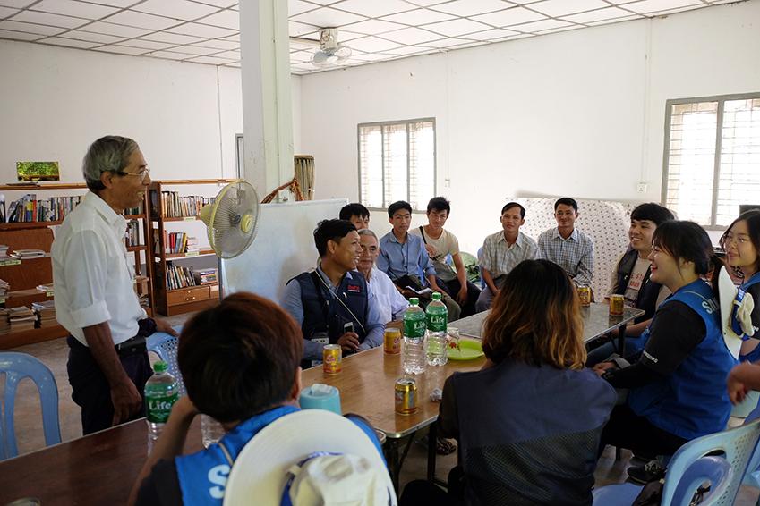E-러닝 환경 구축을 위한 회의를 진행중인 모습