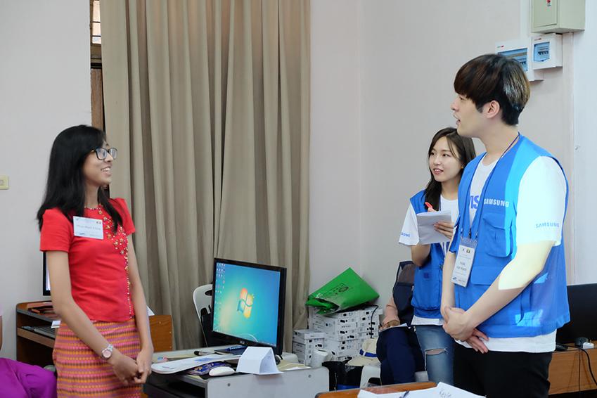미얀마 내 IT 교육중인 임직원들의 모습