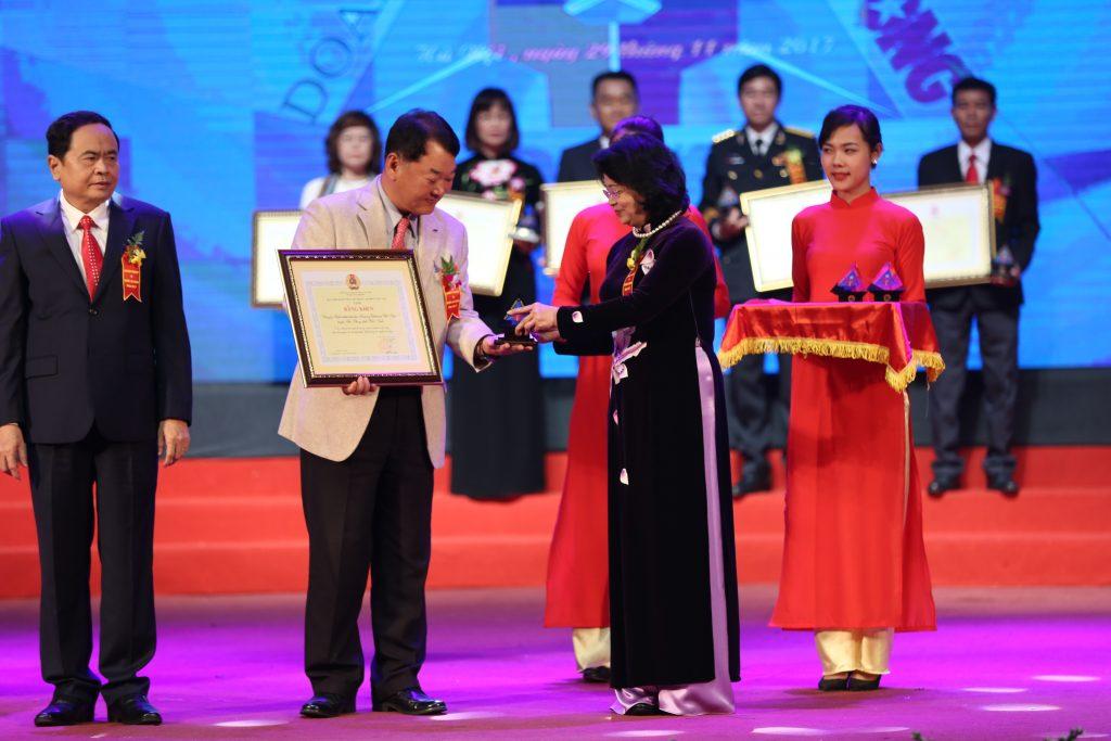 베트남 부주석 당 티 응옥 틴(Đặng Thị Ngọc Thịnh)이 타이응우옌삼성 대표에게 기념패 전달하고 있다