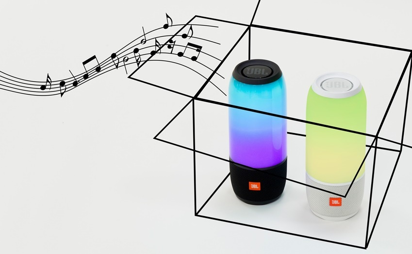 좋아하는 색, 즐겨 입는 스타일, 자주 듣는 음악이 다르듯, 사람들은 저마다의 취향을 가지고 있다. 그리고 저마다가 지향하는 디자인과 실용성을 갖춘 다양한 스피커들이 쏟아져 나오고 있다. 그중 JBL이 최근 내놓은 '펄스3(PULSE3)'는 블루투스 스피커가 갖추어야 할 모든 덕목을 갖췄다. 풍부한 사운드와 방수, 휴대성, 거기에 다채로운 LED 라이트를 탑재해 사용자가 원하는 스타일로 '맞춤사용'이 가능하기 때문. 펄스3를 개봉해봤다.