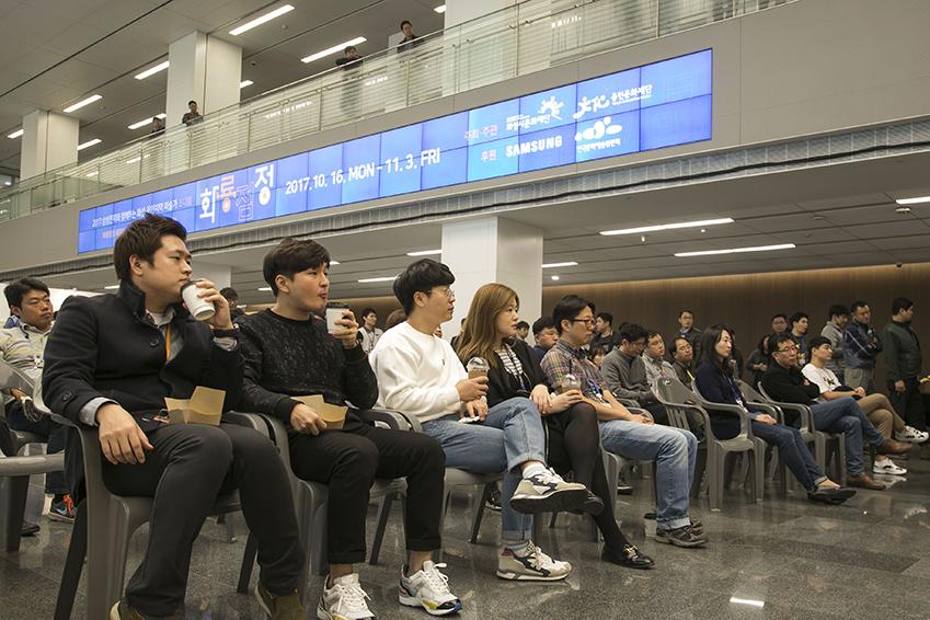 ▲ 삼성전자 임직원들이 진지한 자세로 공연을 관람하고 있다