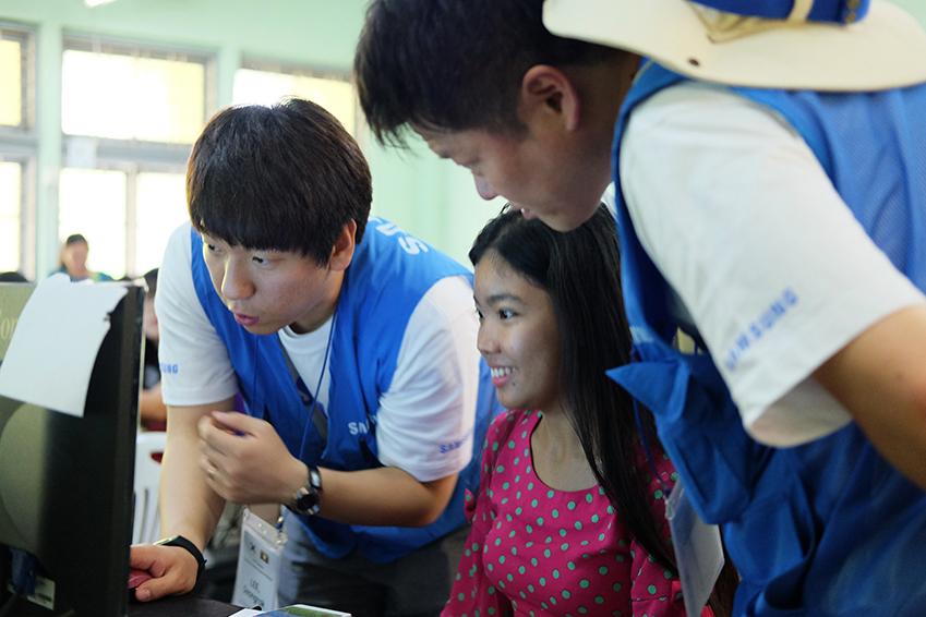 교육에 열중인 임직원들의 모습