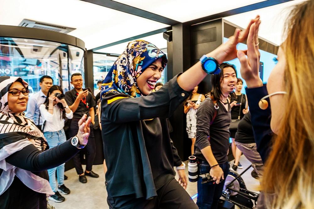쿠알라룸푸르 갤럭시 스튜디오에서 기어 S3를 착용한 고객 모습