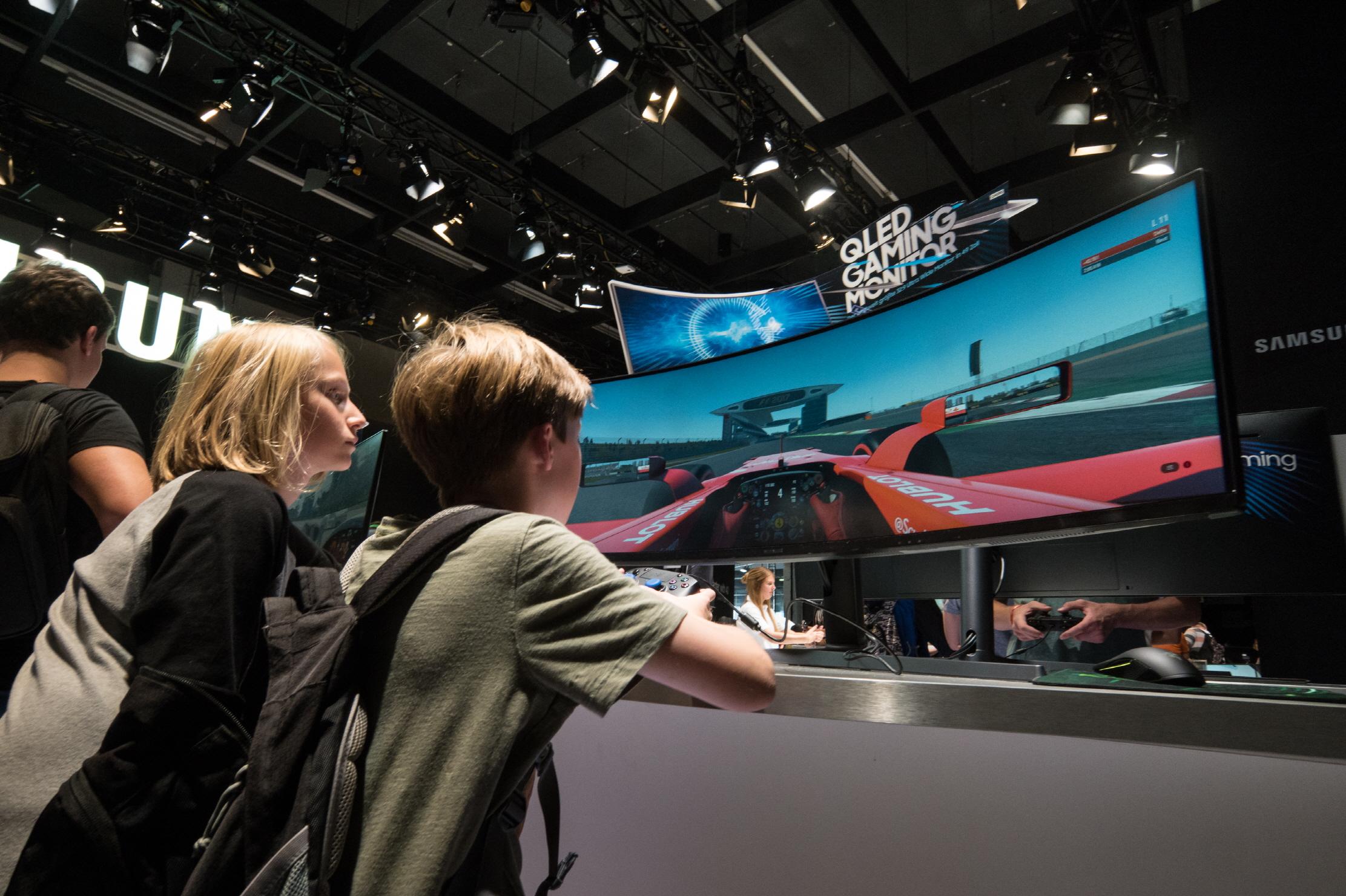 방문객들이 지난 8월 독일 쾰른에서 열린 유럽 최대 규모의 게임 전시회 '게임스컴(Gamescom)'에 전시된 삼성 QLED 게이밍 모니터 CHG90을 체험하고 있다.