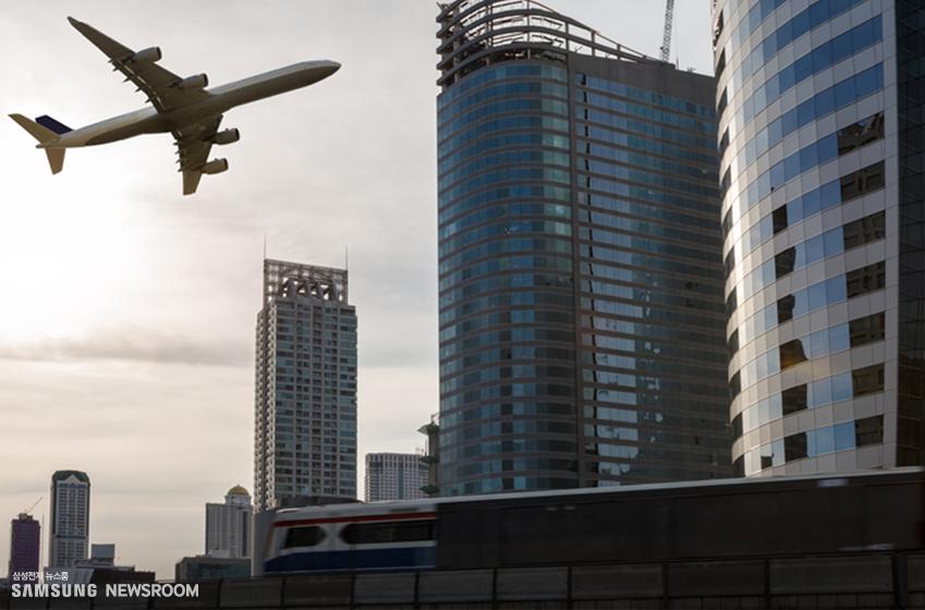 무인 열차와 자동 주행 시스템을 갖춘 비행기