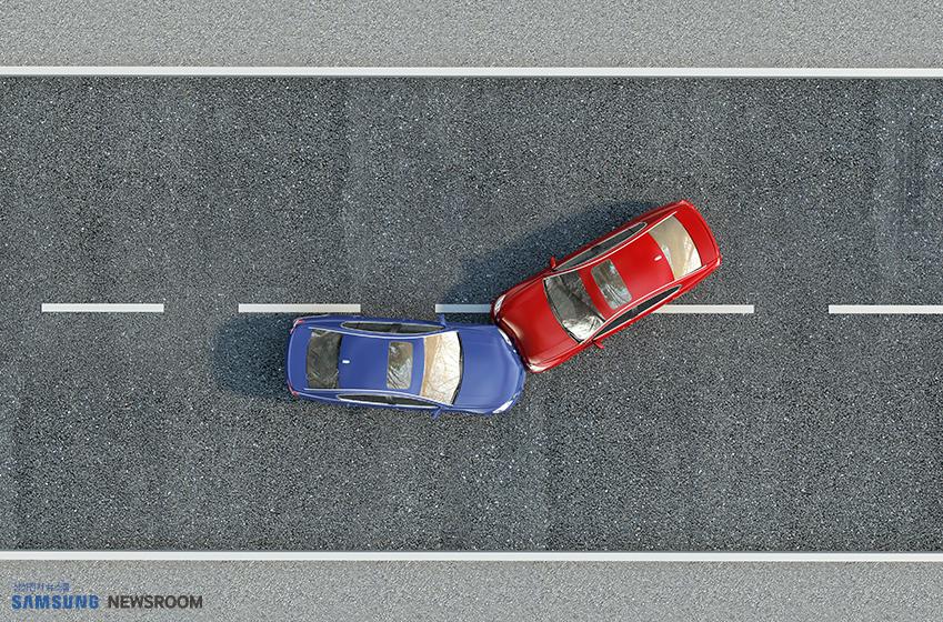 교통사고가 난 빨간 차와 파란 차