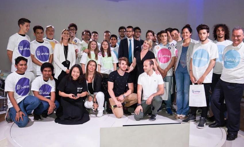 삼성 렛츠앱 해커톤(Samsung LetsApp Hacathon)'에서 우승한 이탈리아 토리노의 맥스웰 고등학교(I.I.S. J.C. MAXWELL) 학생들