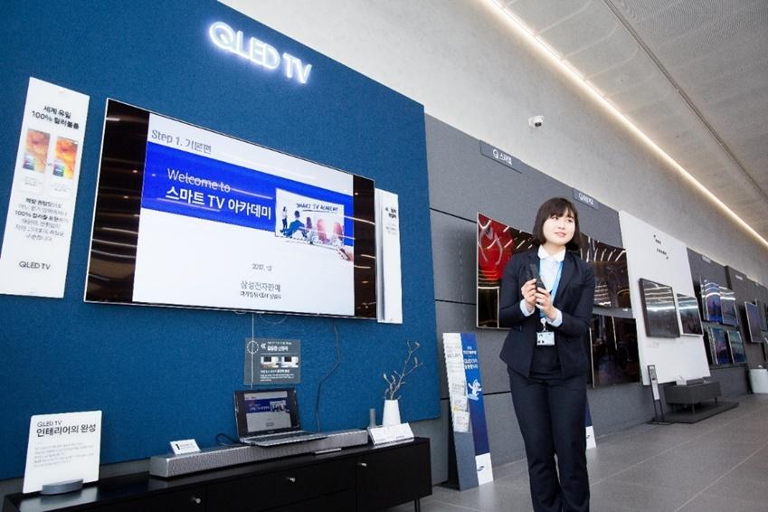 ▲다양한 편의기능이 탑재된 삼성전자의 스마트 TV에 대해 교육을 진행하고 있다