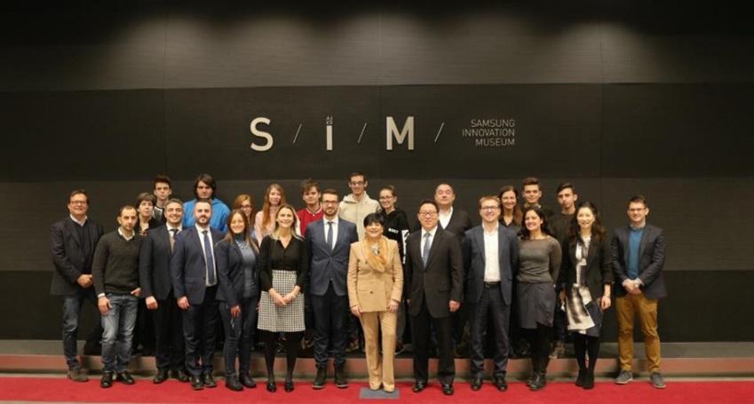 삼성이노베이션 뮤지엄에 방문한 이탈리아의 방문객들