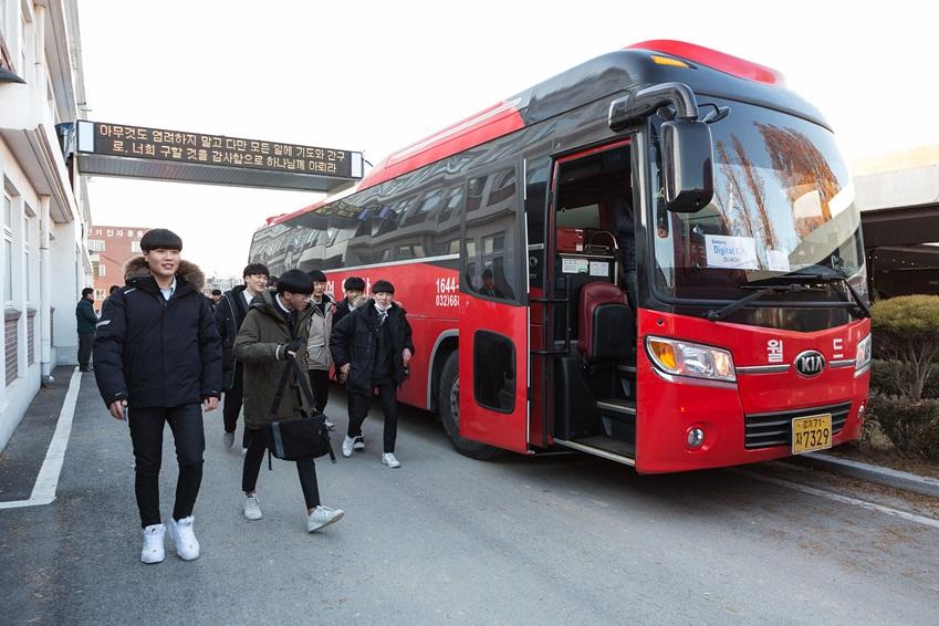 광주 사업장 견학을 위해 버스에 타는 학생들