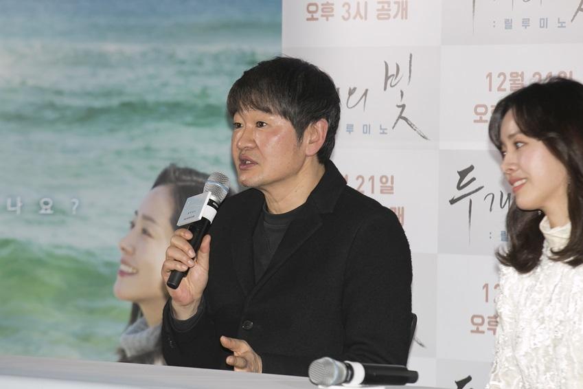영화에 대해 설명중인 허진호 감독