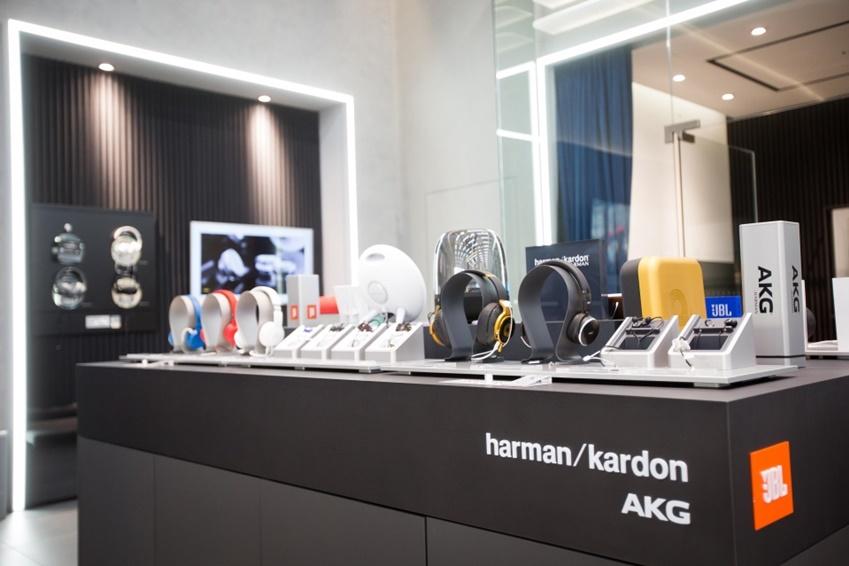 별도의 전시공간에서 휴대용 블루투스 스피커, 이어폰, 헤드셋 등 브랜드별 다양한 제품을 살펴볼 수 있다.