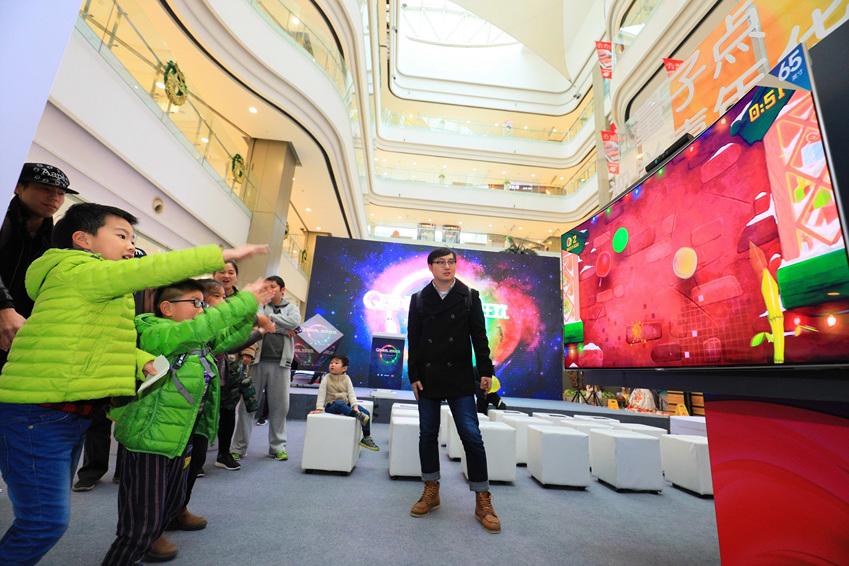 ▲행사 관람객들이 전시장에서 삼성 QLED TV로 모션 게임을 즐기고 있다