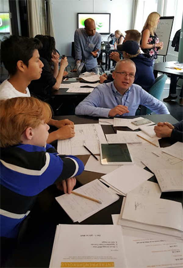 ▲ 다니엘 존슨 (가운데) 씨가 스웨덴 외딴 지역의 학교에서 디지털 기술을 교육하고 있다