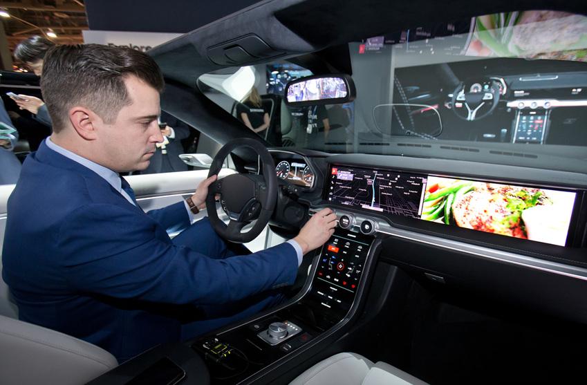 ▲세계 최대 전자 전시회 CES 2018가 개막한 9일(현지시간) 미국 라스베이거스 컨벤션센터(LVCC)의 삼성전자 부스에서 삼성전자 모델이 편리한 운전환경과 인포테인먼트 시스템 제공하는 차량용 '디지털 콕핏'을 시연하고 있다