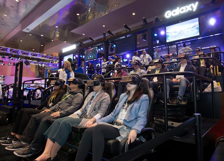 ▲세계 최대 전자 전시회 CES 2018가 개막한 9일(현지시간) 미국 라스베이거스 컨벤션센터(LVCC)의 삼성전자 부스에서 관람객들이 기어 VR을 착용하고 4D 가상현실 체험을 하고 있다