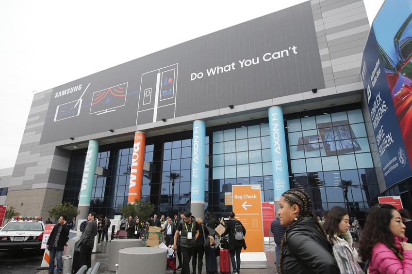 ▲9일부터 12일까지 세계 최대 전자 전시회 CES 2018가 열리는 미국 라스베이거스 컨벤션센터(LVCC)의 외경, 삼성전자 옥외광고