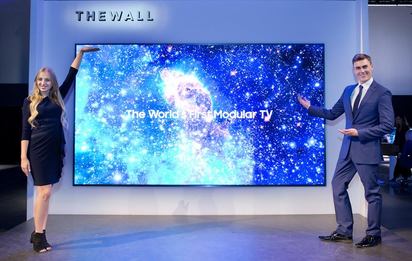 ▲삼성전자는 7일 미국 라스베이거스 엔클레이브 컨벤션 센터에서 전 세계 300여명의 미디어가 모인 가운데 세계 최초로 '마이크로 LED 기술'을 적용한 146형 모듈러(Modular) TV '더 월(The Wall)'과 'AI 고화질 변환 기술'이 탑재된 85형 8K QLED TV를 공개하고 미래 스크린의 방향을 제시했다. 삼성전자 모델들이 146형 모듈러 TV '더 월'을 소개하고 있다